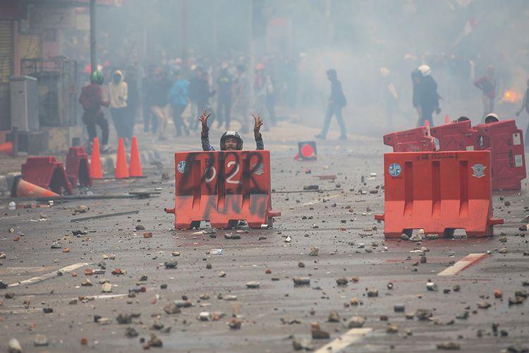 Sejumlah fasilitas umum mengalami kerusakan imbas kericuhan yang terjadi saat demonstrasi menolak UU Cipta Kerja di kawasan Istana Negara, Jakarta, Kamis (8/10/2020). Beberapa fasilitas umum seperti trotoar, rambu lalu lintas, hingga pembatas jalan (road water barrier) terpantau banyak dirusak massa selama ricuh demo berlangsung.