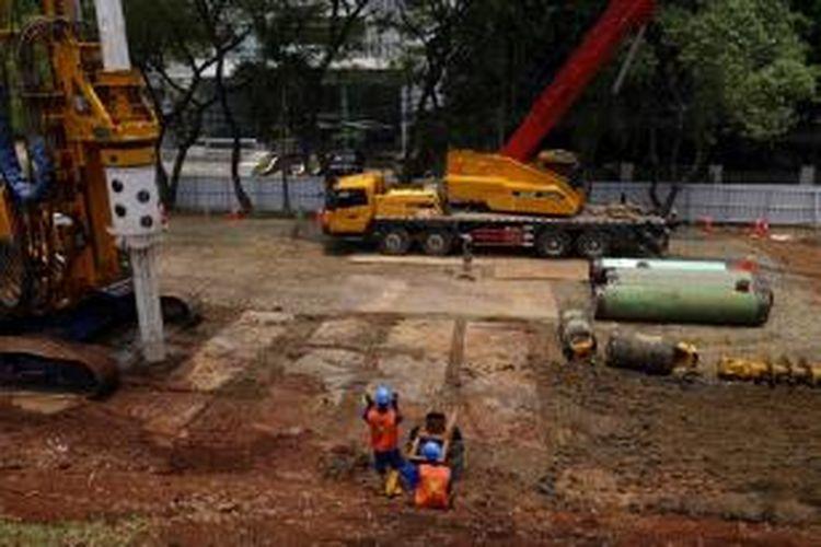 Pekerja dalam pembangunan proyek konstruksi mass rapid transit (MRT) di Dukuh Atas, Jakarta, Jumat (11/10). Lintasan MRT Jakarta akan menghubungkan wilayah Lebak Bulus hingga Bundaran Hotel Indonesia dengan panjang lintasan 15,7 kilometer. Di sepanjang lintasan itu akan ada 6 stasiun bawah tanah dan 6 stasiun biasa.