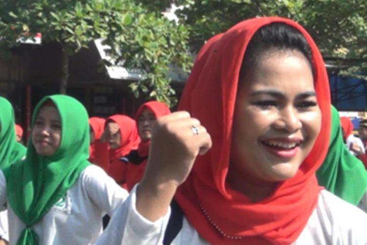 Calon wakil gubernur Jawa Timur, Puti Guntur Soekarno, ketika turut serta bergabung bersama ratusan peserta senam Kabeh Sedulur Kabeh Makmur di Stadion Menak Sopal, Trenggalek, Jawa Timur, Senin (2/4/2018).