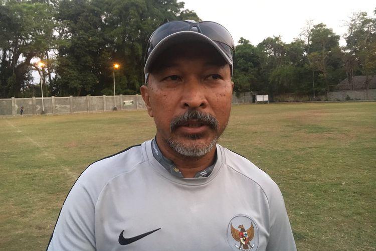 Pelatih Timnas Indonesia U-19, Fakhri Husaini seusai memimpin latihan anak asuhnya di Lapangan Sidakarya, Denpasar, Sabtu (19/10/2019).