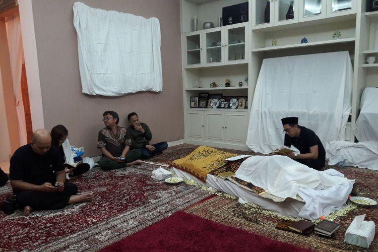 Jenazah suami artis peran Ririn Ekawati, Ferry Wijaya, disemayamkan di rumah duka di Jalan Masjid I, Bendungan Hilir, Jakarta Pusat, Minggu (11/6/2017). Ferry meninggal di Rumah Sakit Pondok Indah (RSPI), Jakarta Selatan, pada Minggu (11/6/2017) pukul 00.15 WIB karena penyakit leukimia.