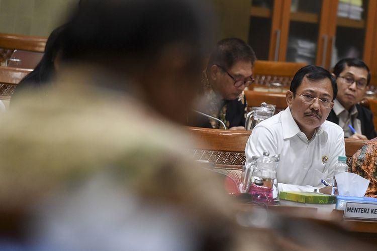 Menteri Kesehatan Terawan Agus Putranto mengikuti rapat kerja dengan Komisi IX DPR di Kompleks Parlemen, Senayan, Jakarta, Senin (3/2/2020). Rapat kerja tersebut membahas pencegahan dan penanganan virus korona di Indonesia serta upaya perlindungan kesehatan Warga Negara Indonesia yang berada di China dan negara lain. ANTARA FOTO/Hafidz Mubarak A/wsj.