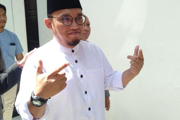 Dahnil Anzar Simanjuntak Acungkan Dua Jari Sebelum Bersaksi di Sidang Ratna Sarumpaet, Kamis (11/4/2019)