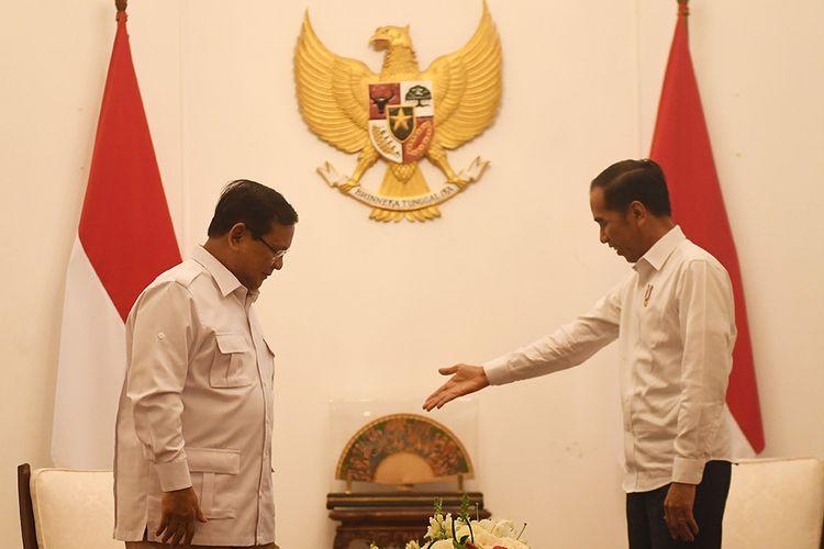 Presiden Joko Widodo (kanan) menyambut kunjungan Ketua Umum Partai Gerindra Prabowo Subianto (kiri) di Istana Merdeka, Jakarta, Jumat (11/10/2019).