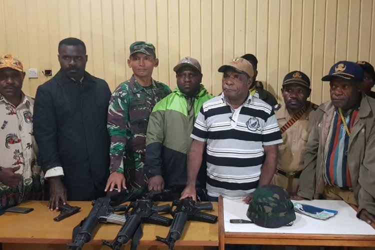 Para kepala distrik dan kepala kampung saat menyerahkan kembali 4 senjata milik TNI yang dirampas KKB, Senin (6/8/2018)