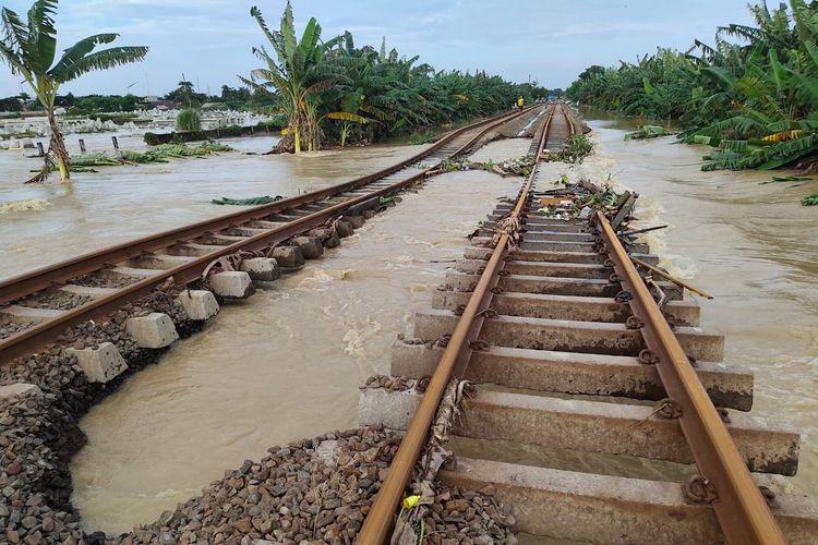 Kondisi ruas rel yang terendam banjir akibat cuaca ekstrim yang mengakibatkan perjalanan kereta api jarak jauh dari Stasiun Gambir dan Stasiun Pasar Senen dibatalkan, Jakarta, Senin (22/2/2021).