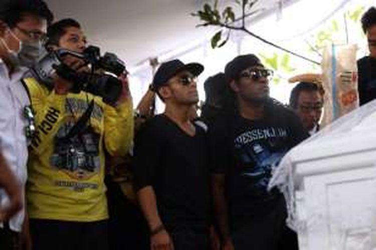 Penyanyi Judika dan Michael Jakarimilena menghadiri pemakaman Mike Mohede di TPU Tanah Kusir, Jakarta Selatan, Selasa (2/8/2016).