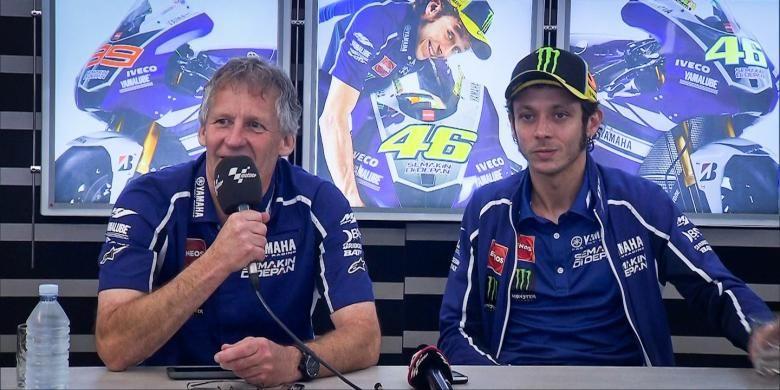 Pebalap Yamaha Factory Racing asal Italia, Valentino Rossi (kanan) dan Jeremy Burgess berbicara kepada media pada konferensi pers, untuk menjelaskan tentang rencana perpisahan mereka mulai musim depan.