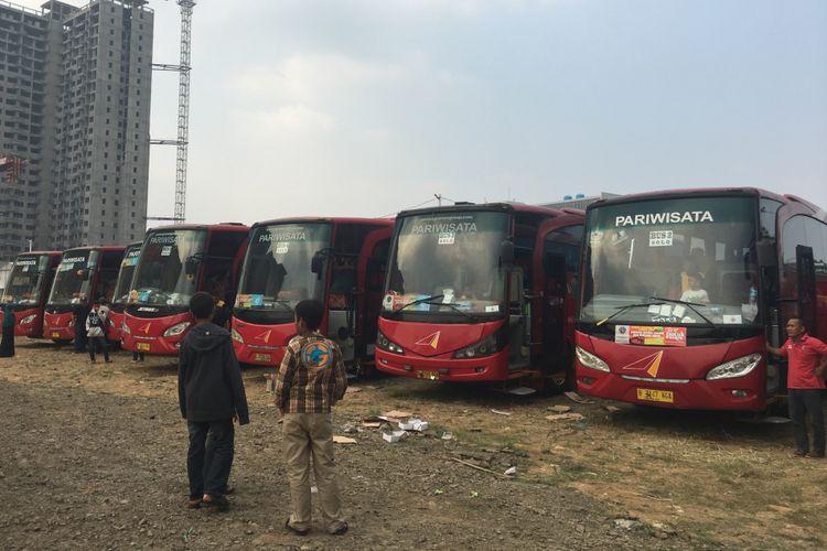 Pemerintahan Kota (Pemkot) Bekasi memberangkatkan 12 bus mudik gratis dari Pemkot untuk warga Kota Bekasi di Bekasi, Senin (19/6/2017).