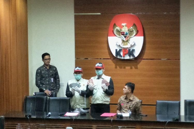 Komisi Pemberantasan Korupsi (KPK) menyita uang sebesar Rp 25 juta dan USD 9.500 saat menggelar operasi tangkap tangan Bupati Jombang Nyono Suharli Wihandoko pada Sabtu (4/2/2018).  KPK menangkap Nyono di Stasiun Balapan, Solo pada Sabtu (3/2/2018) yang saat itu hendak menuju Jombang.