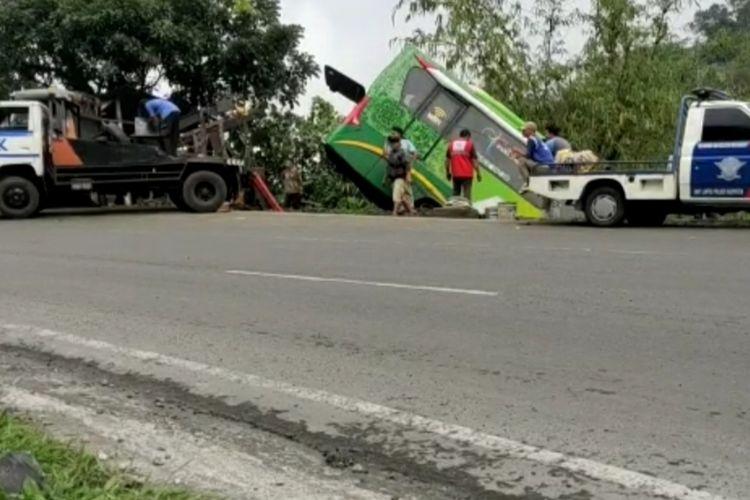 Sebuah bus pariwisata dari arah Bandung menuju Pangandaran terjun ke jurang tanjakan Gentong Atas akibat tergelincir jalan licin, Selasa (15/12/2020).