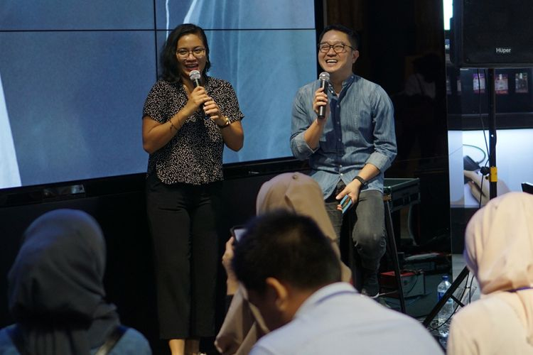 Travel blogger Putri Anindya (kiri) dan fotografer David Soong saat berbagi tips memotret dengan smartphone di acara Gadget Story Galaxy S9 dan S9 Plus di Jakarta, Kamis (15/3/2018).