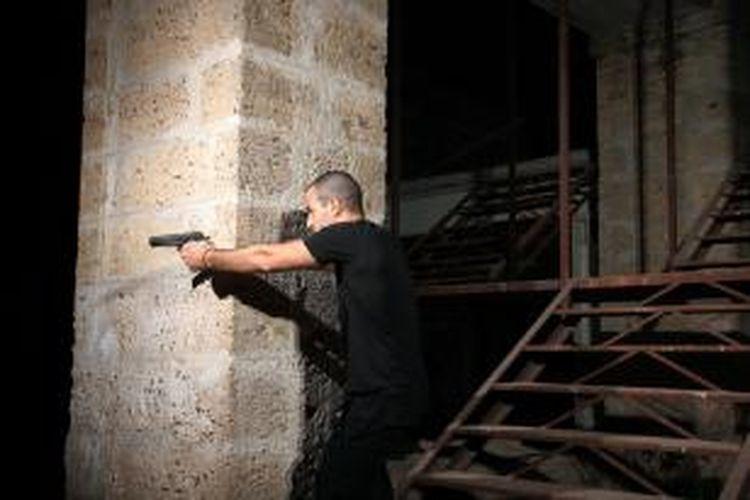 Ilustrasi orang bersenjata.