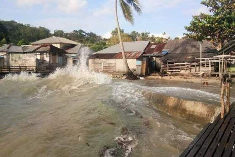 Gelombang tinggi menerjang rumah-rumah warga di Desa Utta, Kecamatan Kesui Watubela, Kabupaten Seram Bagian Timur, Rabu sore (26/8/2020). Selain di Desa Utta sejumlah desa di kecamatan tersebut dan di Kecamatan Tutuktolu juga mengalami hal yang sama