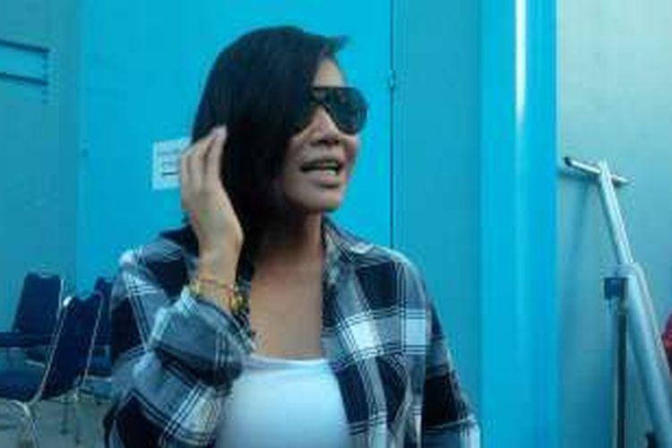 Penyanyi Denada diabadikan di halaman sekitar Gedung Trans, Mampang Prapatan, Kamis (28/4/2016).