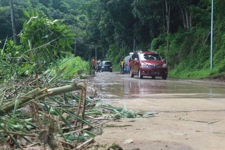 Kondiai jalur Pacet-Trawas, Kabupaten Mojokerto, Jawa Timur, pada Sabtu (8/2/2020). Sejumlah petugas dari Dinas PUPR Pemkab Mojokerto, melakukan pembersihan lumpur di jalan akibat longsor, Jumat petang kemarin.