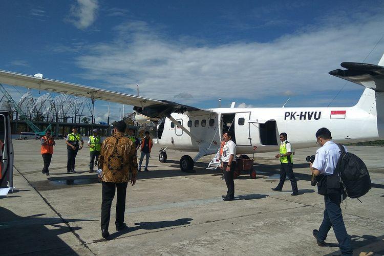 Menteri Perhubungan Budi Karya Sumadi bersiap menaiki pesawat milik salah satu operator penerbangan perintis di Bandara Timika Papua, Rabu (20/12/2017).