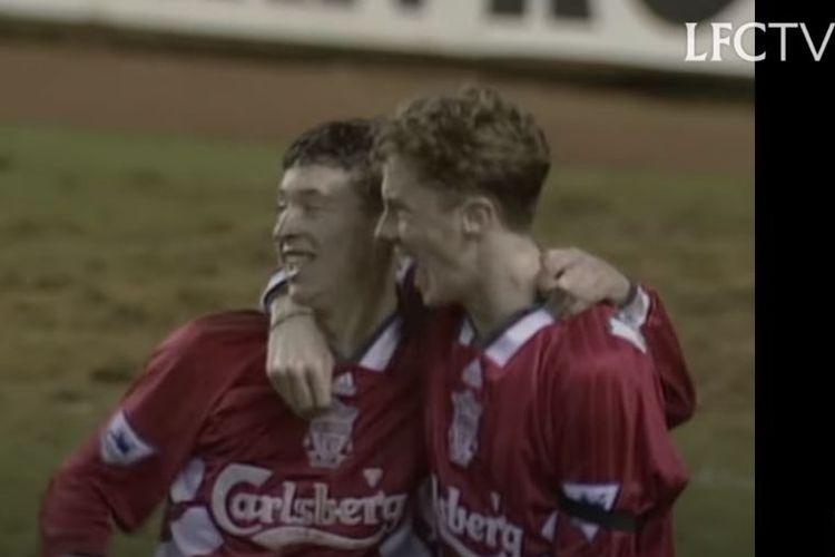 Dua pemain muda Liverpool pada musim 1993-1994, Robbie Fowler (kiri) dan Steve McManaman. Liverpool menyelesaikan Liga Inggris musim tersebut di peringkat kedelapan.