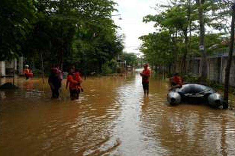 Foto : Petugas Badan Penanggulangan Bencana Daerah Kabupaten Ponorogo membantu evakuasi warga yang keluar dari rumah di Kelurahan Pakunden, Kota Ponorogo, Jawa Timur, Jumat ( 18/11/2016).