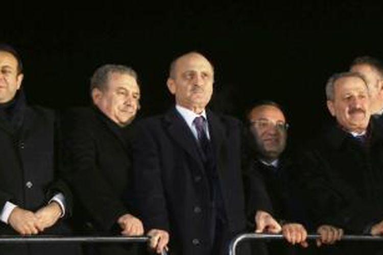 Menteri Perencanaan Kota dan Lingkungan Erdogan Bayraktar (kedua dari kiri) bersama kolega menteri lainnya saat mendengarkan pidato PM Recep Tayyip Erdogan di Bandara Esenboga, Ankara, Selasa (24/12/2013) setiba kunjungan dari Pakistan.
