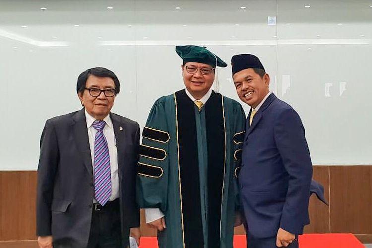 Menteri Perindustrian yang juga Ketua Umum Golkar, Airlangga Hartarto (tengah) didamping Ketua DPD Golkar Jawa Barat Dedi Mulyadi (kanan) di KDI School, Korea Selatan, Rabu (26/6/2019).
