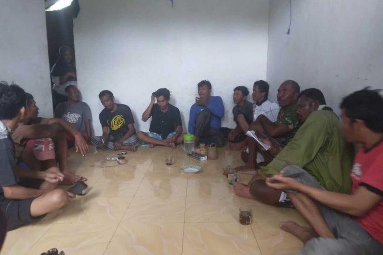 Lima Nelayan KM Hentri selamat setelah ditolong nelayan di Kepulauan Tanimbar, Selasa (7/9/2021). Saat ini kondisi kelima nelayan sehat dan sedang berada di Tanimbar, Maluku