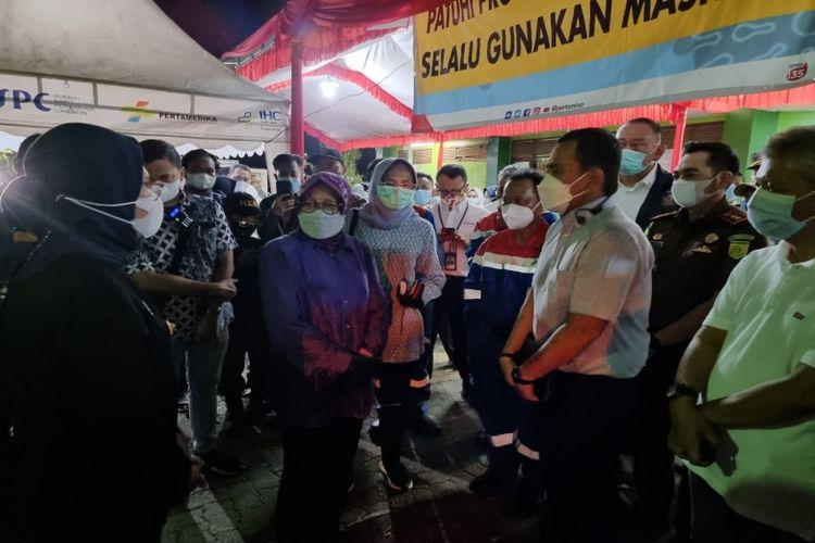 Selain mengapresiasi upaya Pertamina, Menteri Sosial Tri Rismaharini menyerahkan bantuan logistik kepada warga terdampak insiden tangki T-301 Balongan, Senin (29/3/2021).