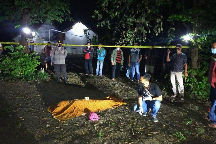 Olah tempat kejadian perkara penemuan mayat di lapangan voli Dusun Bolorejo, Desa Tiru Lor, Kecamatan Gurah, Kabupaten Kediri, Jawa Timur, Jumat (24/9/2021) malam.