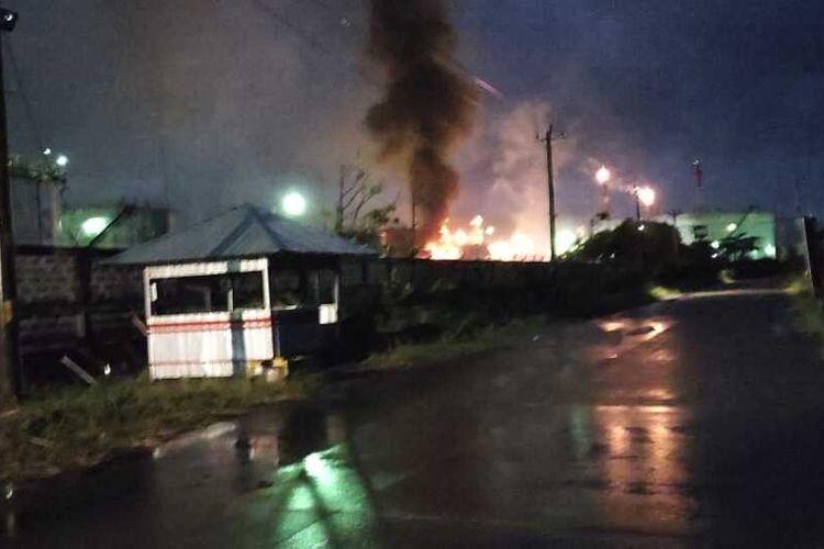 Kebakaran kilang di area Pertamina Refinery Unit (RU) IV Cilacap, Jawa Tengah, Jumat (11/6/2021) malam.