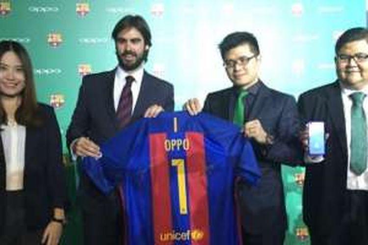 Managing Director FC Barcelona Asia Pasifik, Xavier Asensi, berpose bersama jersey Barcelona dan para perwakilan OPPO Indonesia di acara launching OPPO F1 Plus FC Barcelona Edition di Jakarta, Kamis (21/7/2016).
