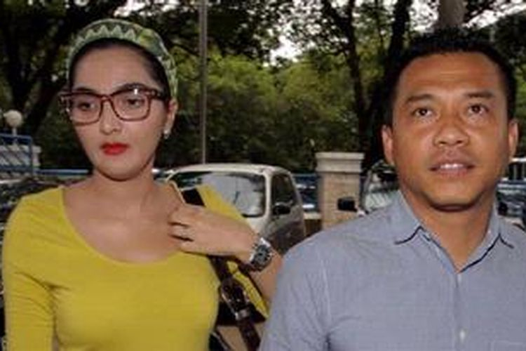 Penyanyi Anang Hermansyah dan Ashanty mengunjunggi Raffi Ahmad di Kantor Badan Narkotika Nasional, Jakarta, Jumat (1/2/2013). Raffi Ahmad ditangkap BNN, Minggu (27/1/2013) bersama 17 orang. KOMPAS IMAGES/KRISTIANTO PURNOMO