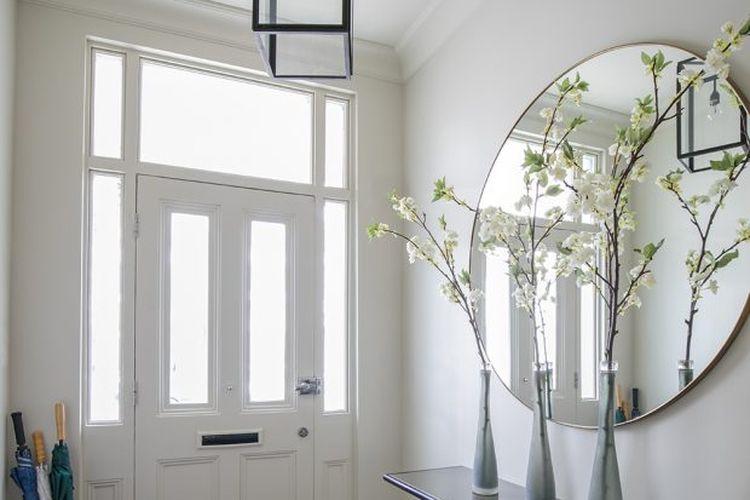 Cermin besar di lorong rumah.