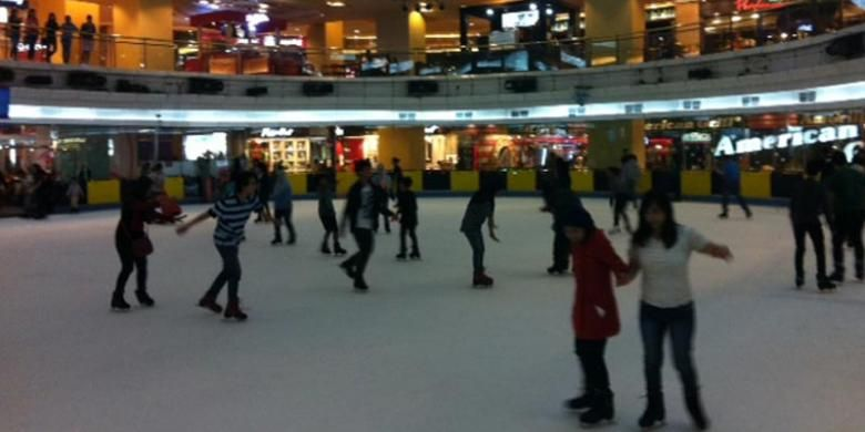 Berseluncur di atas arena es SkyRink Mal Taman Anggrek, Jakarta.