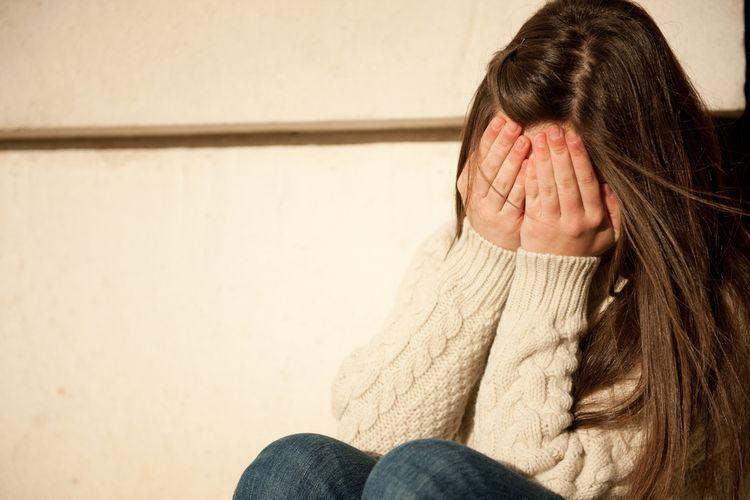 Ilustrasi anak perempuan menangis.