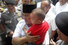 Disambut Meriah, Prabowo Gendong Bocah Berkaus Merah