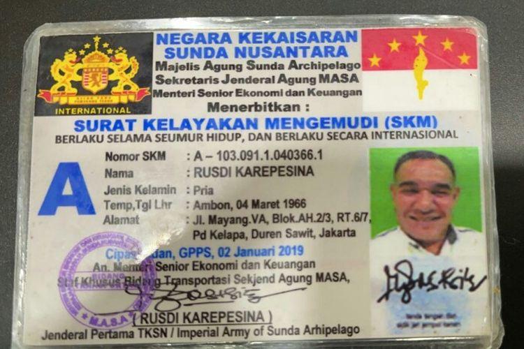 Polisi memberhentikan dan menilang pengemudi mobil Mitsubishi Pajero Sport hitam Rusdi Karepesina karena menggunakan plat nomor palsu yakni SN 45 RSD. Polisi menemukan SIM pengemudi yang tertukis merupakan Negara Kekaisaran Sunda Nusantara.