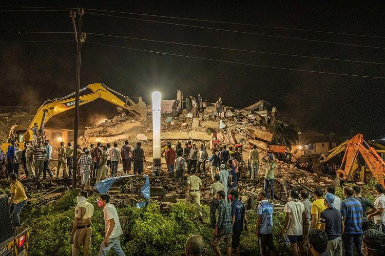 Tim penyelamat mencari korban setelah sebuah bangunan tempat tinggal runtuh di Mahad, India, sekitar 170 kilometer dari Mumbai, Senin (24/8/2020).