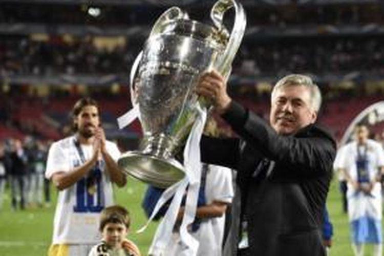 Carlo Ancelotti mengangkat trofi Liga Champions usai Real Madrid menang 4-1 atas Atletico Madrid pada partai final di Estadio da Luz, Lisabon, Sabtu (24/5/2014). Ini menjadi trofi bergengsi Ancelotti bersama Real Madrid, sebelum dipecat dan pindah ke Bayern Muenchen.