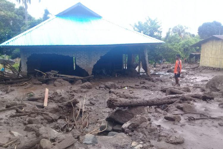 Rumah warga yang dihantam banjir di Kecamatan Lewolema, Flores, NTT, Jumat (8/3/2019).