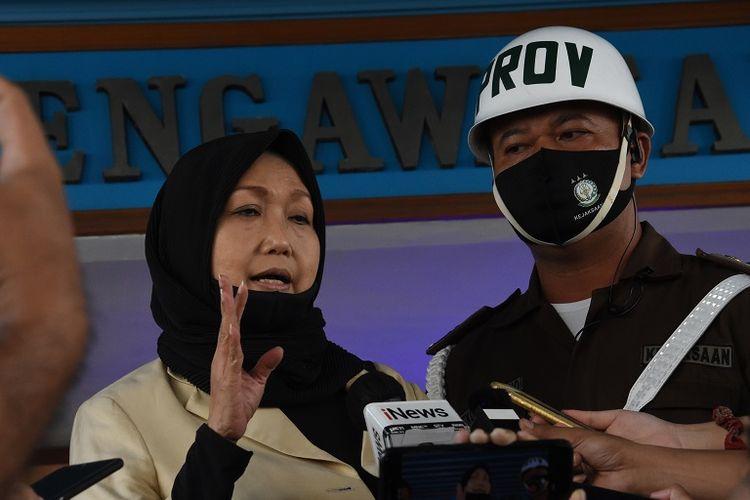 Pengacara dari buronan kasus korupsi pengalihan hak tagih (cessie) Bank Bali Djoko Tjandra, Anita Kolopaking (kiri) memberikan keterangan kepada wartawan usai menjalani pemerikaan di Gedung Jaksa Agung Muda Pengawasan Kejagung, Jakarta, Senin (27/7/2020). Kejaksaan Agung memeriksa Anita Kolopaking terkait pertemuannya dengan Kepala Kejaksaan Negeri Jakarta Selatan Anang Supriatna yang diduga terkait dengan penanganan perkara Djoko Tjandra. ANTARA FOTO/Indrianto Eko Suwarso/pras.