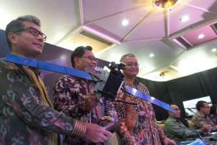 Direktur Utama BRI Asmawi Syam (tengah) memamerkan miniatur BRIsat di Jakarta, Selasa (31/5/2016).