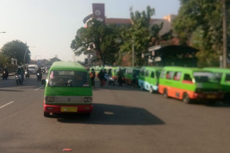 Sejumlah angkot melintasi kawasan pusat kota di Jalan Ir Juanda, Kota Bogor, Kamis (12/9/2019).