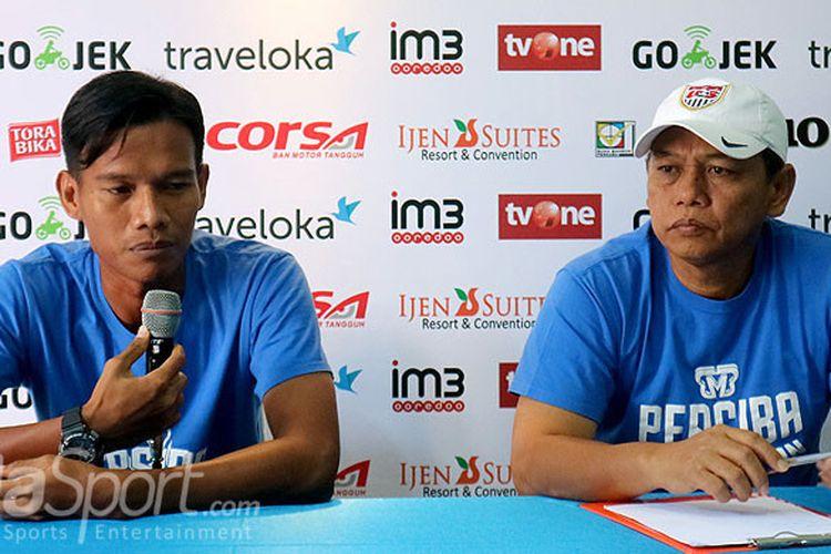 Pelatih Persiba Balikpapan, Haryadi dan Yudi Khorudin, berbicara kepada media saat konfrensi pers di Kantor Arema FC Malang, Jawa Timur (17/08/2017) Kamis siang, menjelang laga lanjutan Liga 1 melawan Arema FC