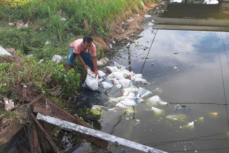 Sebuah truk pembawa beras bantuan untuk keluarga miskin di Kalimantan Barat terdampak virus corona atau Covid-19 terguling di parit depan Kantor Camat Sungai Kunyit, Kabupaten Mempawah, Kalimantan Barat, Minggu (12/4/2020).