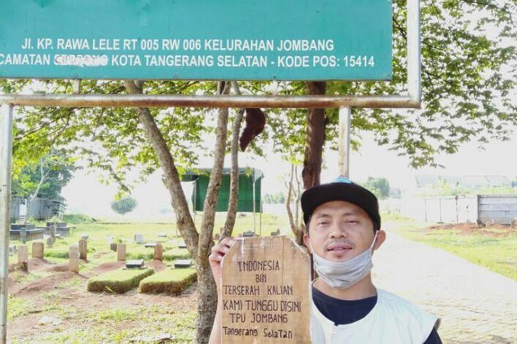 Petugas TPU Jombang, Ciputat, Tangerang Selatan menyerukan kekecewannya dengan membuat tulisan di papan nisan dengan kalimat Indonesia Bin Terserah Kalian. Kami Tunggu di sini TPU Jombang, Tangerang Selatan. Hal ini sebagai bentuk penyampaian kepada masyarakat yang masih melanggar aturan di rumah saja. Pembuatan tulisan pada papa nisan ini dilakukan pada, Rabu (13/5/2020)