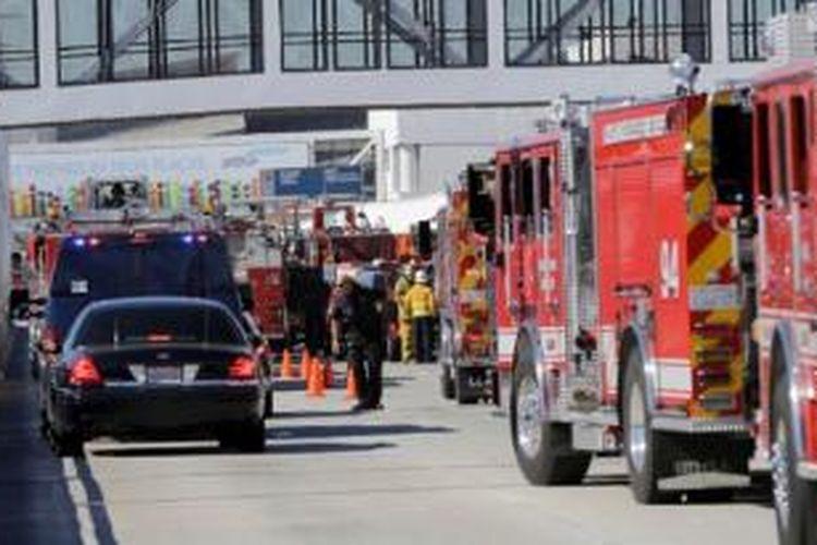 Tim darurat pemberi respons pertama pada insiden penembakan di Bandara Internasional Los Angeles, Amerika Serikat, Jumat (1/11/2013).