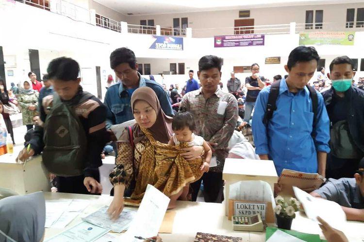 Masyarakat menyerbu kantor Disdukcapil Kabupaten Tangerang untuk mengurus dokumen administrasi saat libur setelah ditetapkan status kejadian luar biasa (KLB) corona atau Covid-19, Rabu (18/3/2020).