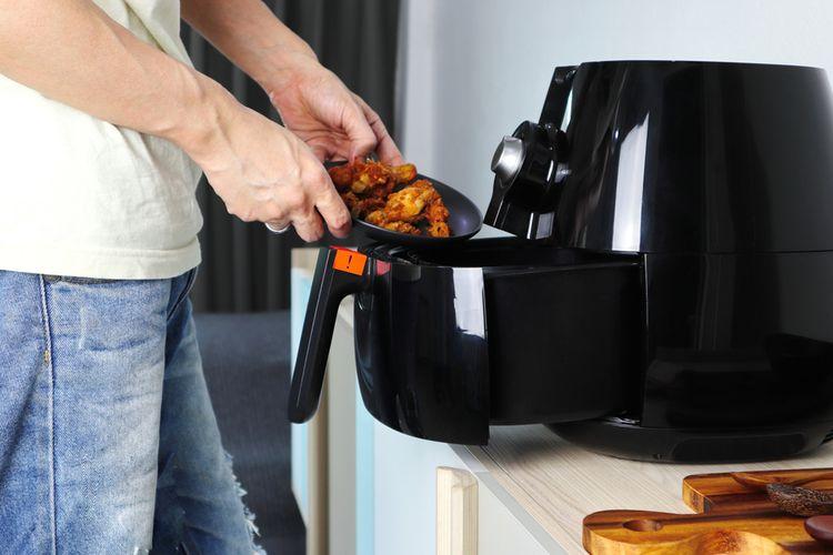 Ilustrasi memasak dengan air fryer.