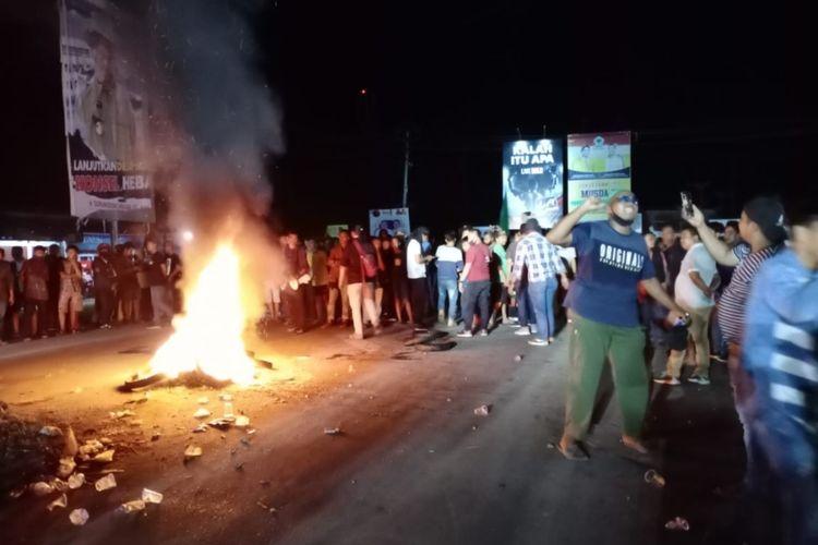 Massa tolak TKA demo di simpang 4 Bandara Haluoleo Kendari hingga hingga malam dan terlibat bentrok dengan polisi