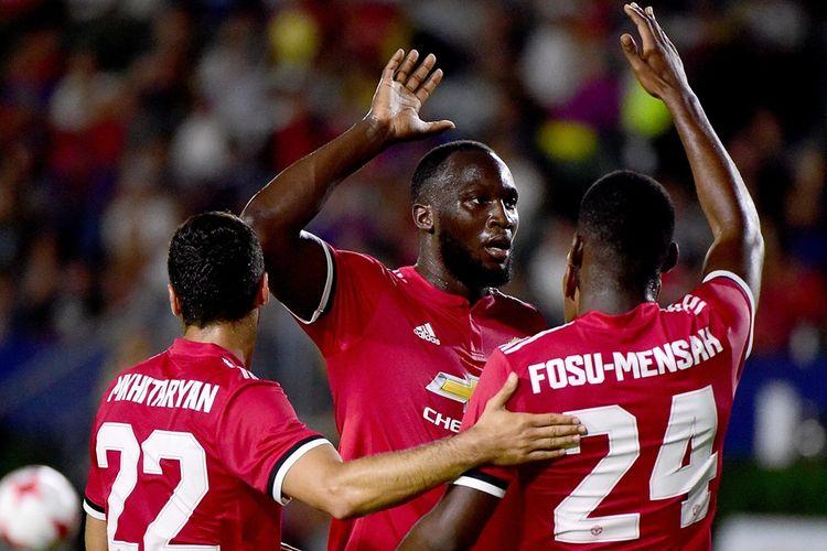 Romelu Lukaku (tengah) merayakan gol Manchester United ke gawang LA Galaxy pada partai uji coba di Los Angeles, Sabtu (15/7/2017).